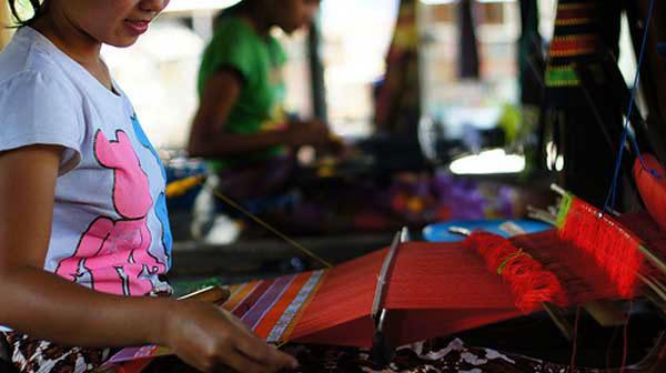 Penenun Songket dari Lombok